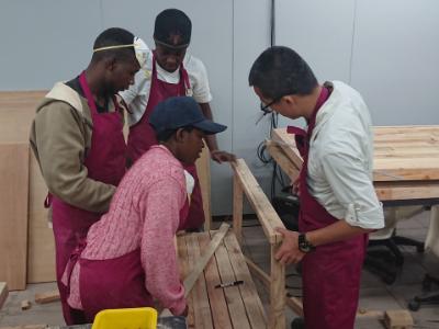 自己的桌椅自己做  長榮大學國際生協力營造生態中心環教場域
