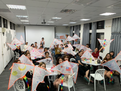 Experiencing The Double-ninth Festival custom—International students of Chinese Language Center enjoyed DIY kites and making Chrysanthemum Tea