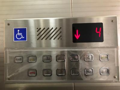 避免武漢肺炎病毒傳播  長榮大學電梯貼透明護膜