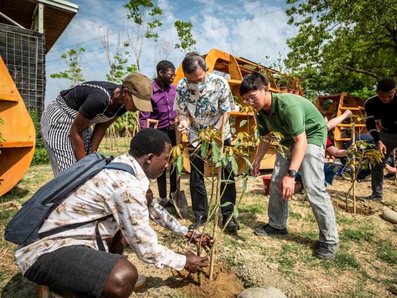 アースデイに呼応 長榮大學が植樹を行い地球への愛を示す