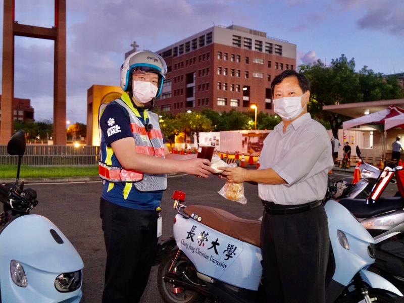 台南市歸仁区区長がパトロール隊員に温かい食べ物を贈る パトロール隊員が学区の道を守ってくれていることに感謝