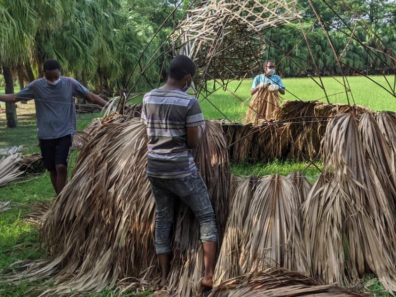 廃棄物が芸術品に変身 海外留学生が伝統的な小屋を作る